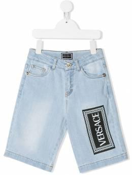 Young Versace джинсовые шорты с принтом логотипа YVMBE71YDE79